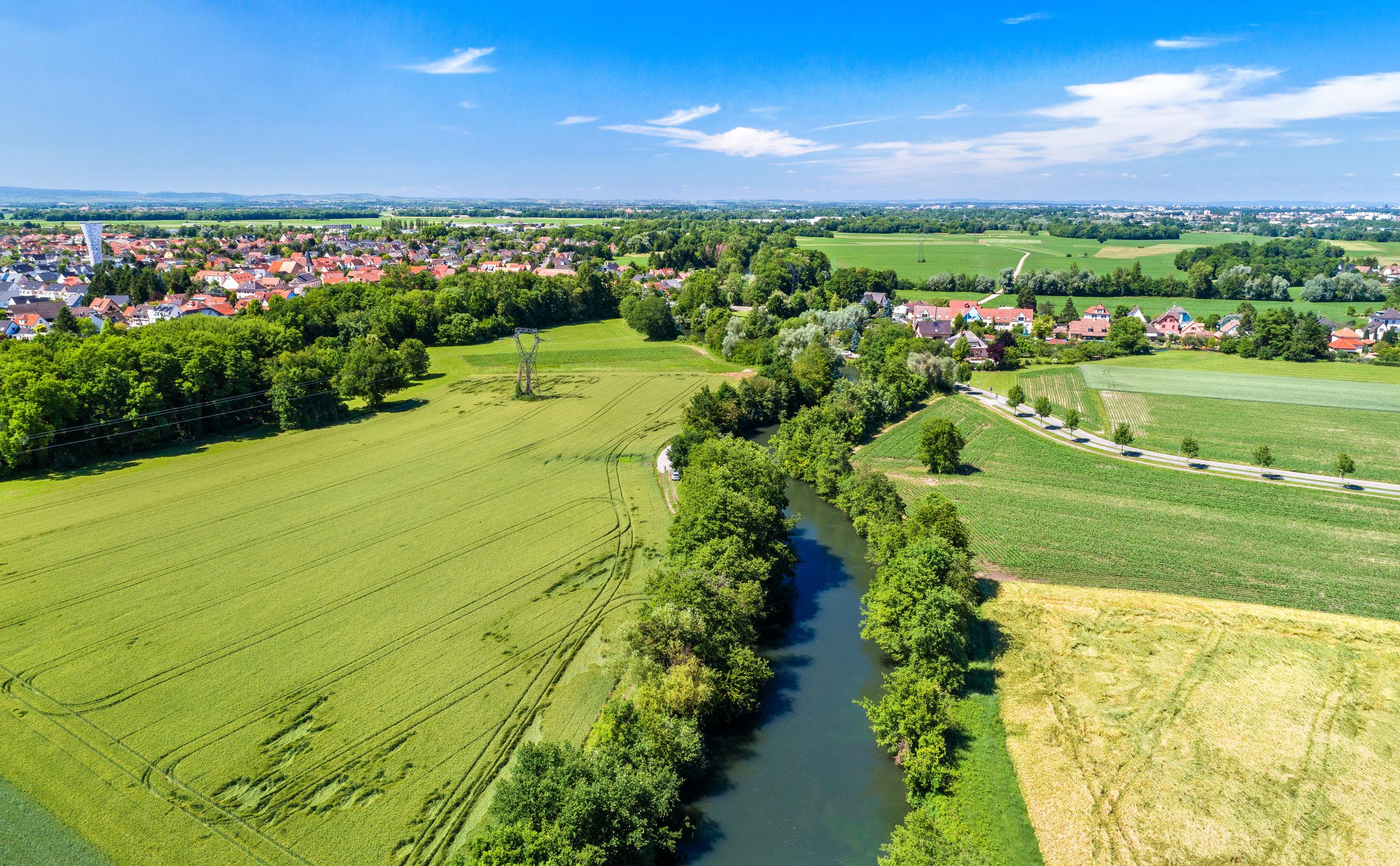 Panorama aérien de l'Ill entre Fegersheim et Eschau près de Strasbourg - Grand Est, France © Leonid Andronov